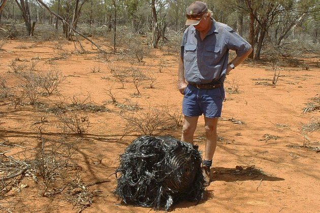 Australský farmář James Stirton u hromady vesmírného šrotu, který našel na svých pozemcích.
