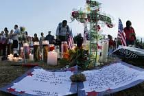 Poblíž vjezdu na parkoviště multikina vznikl provizorní pomníček. Před hromadou květin tam stojí v řadě 12 svíček.
