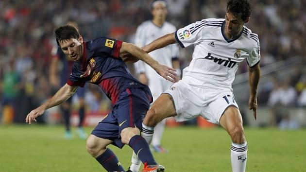 Hvězdný kanonýr Barcelony Lionel Messi (vlevo) a Alvaro Arbeloa z Realu Madrid.