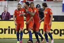 Fotbalisté Chile se radují z gólu proti Panamě.