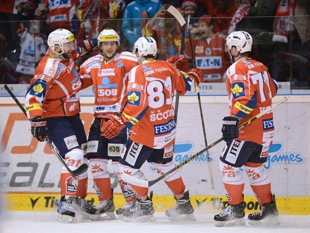 Hokejisté Pardubic se radují z gólu proti Vítkovicím.