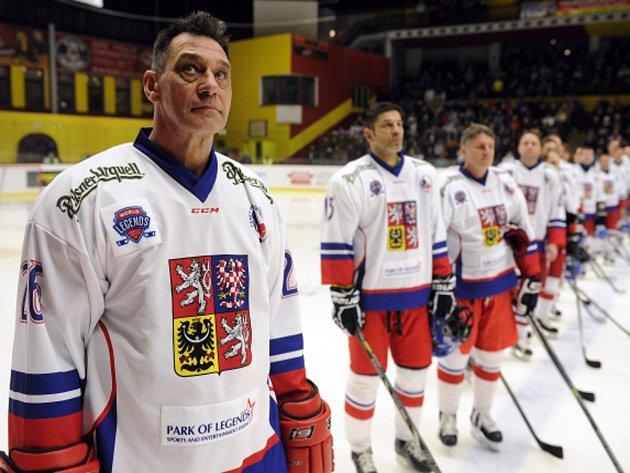 Oldřich Válek (vlevo) se spoluhráči před zápasem Světové veteránské hokejové ligy proti Slovensku.