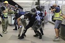 Zásah policistů proti demonstrantům na letišti v Hongkongu