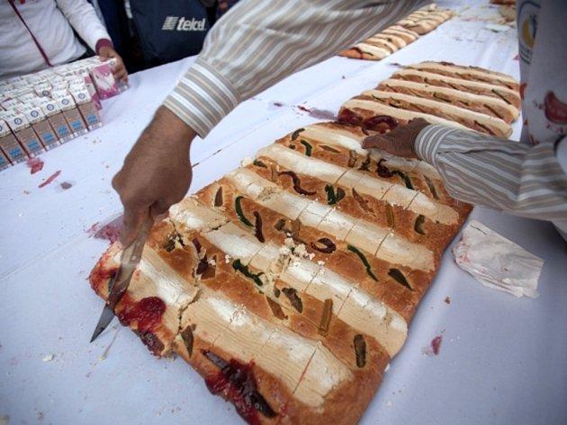 Rekordní tříkrálový koláč, který měřil 1,9 kilometru, upekli pekaři v mexickém hlavním městě.
