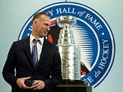 Dominik Hašek dostal před uvedením do Síně slávy NHL pamětní prsten.