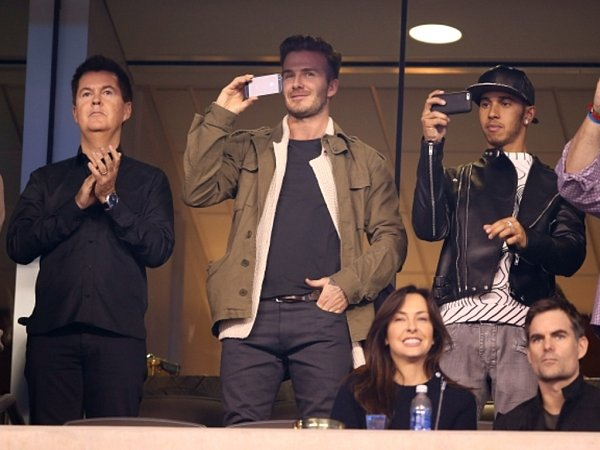 Super Bowl si nenechali ujít ani fotbalista David Beckham (uprostřed) a pilot formule 1Lewis Hamilton (vpravo).