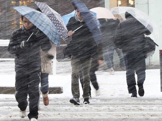 Extrémně silná bouře si v Tokiu vyžádala několik lidských životů.