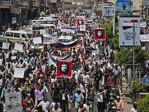 Jemenský prezident Alí Abdalláh Sálih v pátek odmítl návrh zemí Perského zálivu na řešení politické krize v Jemenu. V Saná se po poledních modlitbách konaly manifestace Sálihových stoupenců i odpůrců. Do ulic svých měst vyšli rovněž Syřané.