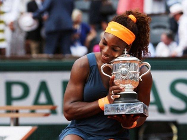 Serena Williamsová se mohla podruhé v životě pomazlit s pohárem pro vítězku Roland Garros.