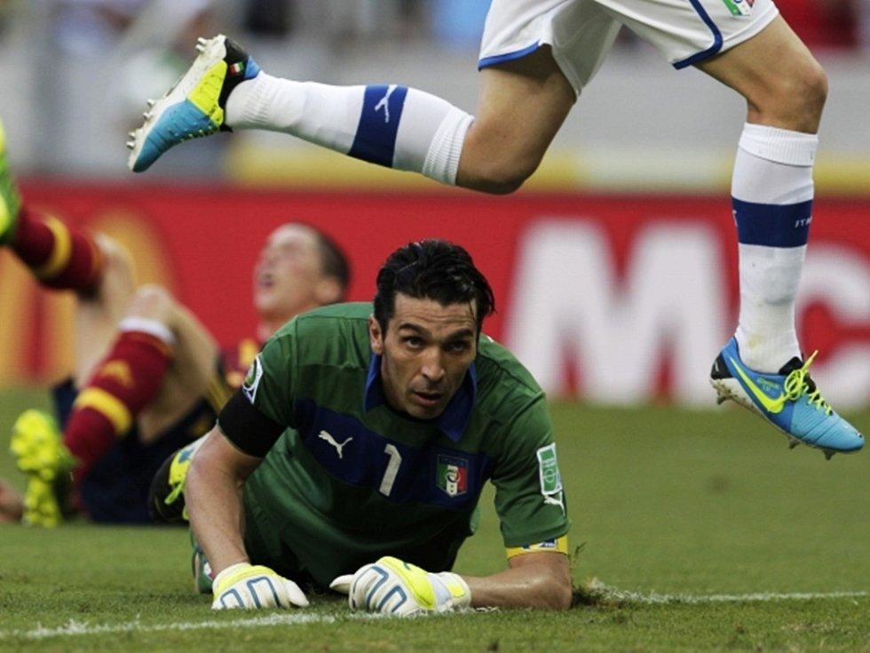 Italský gólman Buffon v semifinále poháru FIFA proti Španělsku.