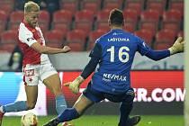SK Slavia Praha - FC Baník Ostrava, 10. března 2019 v Praze. Zleva Mick van Buren ze Slavie a brankář Ostravy Jan Laštůvka.