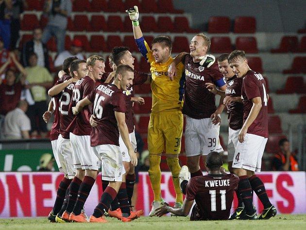 Fotbalisté Sparty se radují z postupu do hlavní soutěže Evropské ligy.