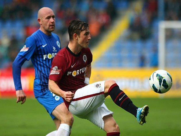 Lukáš Vácha ze Sparty (vpravo) si zpracovává míč před střelcem Liberce Jiřím Štajnerem.