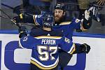 Hokejisté St. Louis Blues Ryan O\'Reilly (čelem) a David Perron se radují z gólu ve 4. finále play off NHL s Bostonem.