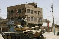 Tank irácké armády na ulici v Bagdádu.
