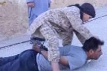 Islámský stát zveřejnil video, na kterém chlapec stíná hlavu vojákovi.