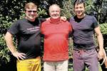 RODINNÉ SETKÁNÍ NA CHATĚ. Michal (vlevo), otec Miroslav a Marek Isteníkovi si mají o čem vyprávět.