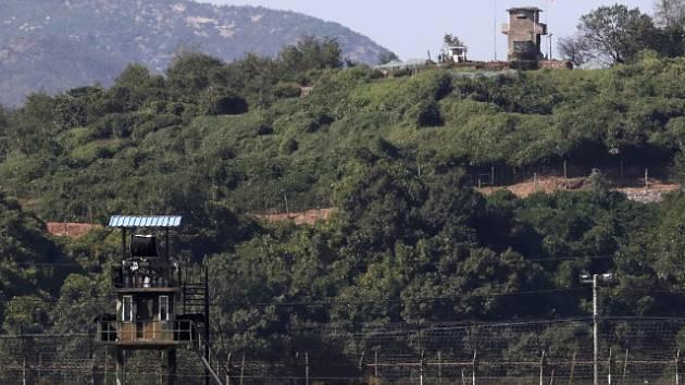Strážní věže na hranici mezi KLDR a Jižní Koreou