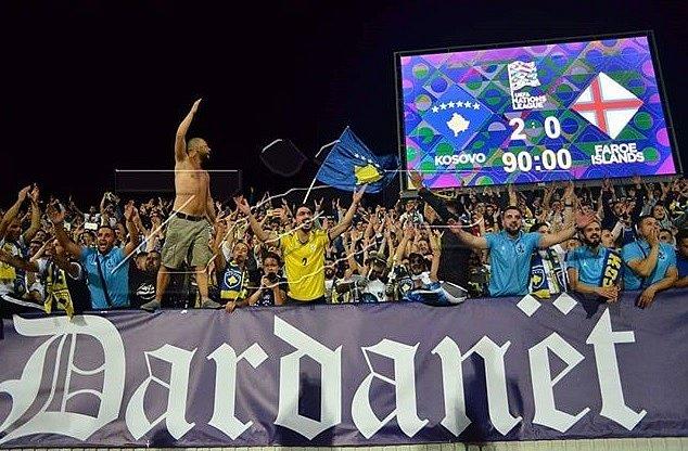 Kosovští fanoušci po vítězném duelu s Faerskými ostrovy.