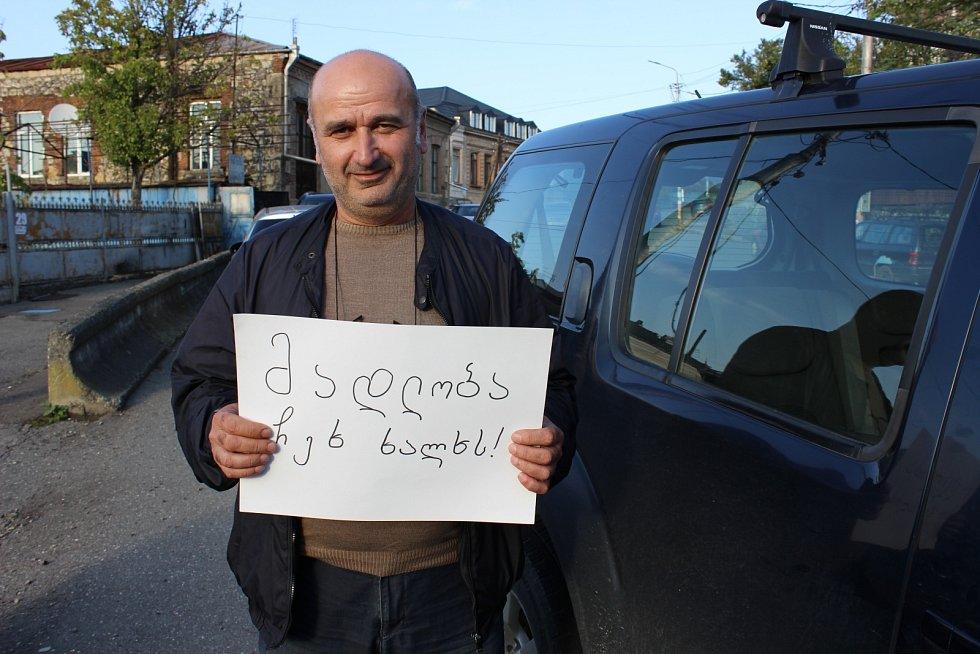 Vinař Giorgi děkuje Čechům za pomoc.
