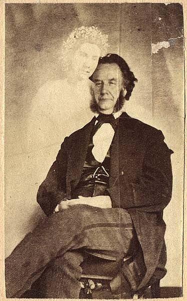 """Moses A. Dow ve společnosti """"ducha"""" své asistentky, snímek Williama H. Mumlera"""