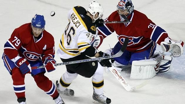 Brankář Montrealu Casey Price kryje střelu Davida Krejčího.
