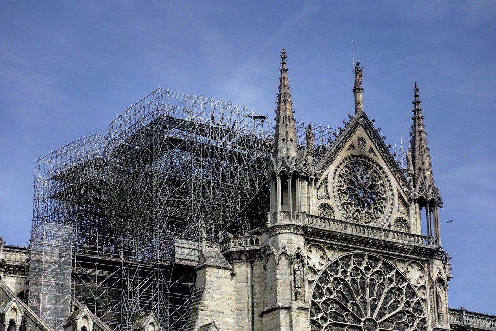 Poničená katedrála Notre-Dame
