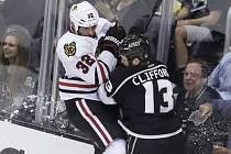 Michal Rozsíval (v bílém) pocítil tvrdost bouřliváka z Los Angeles Clifforda.
