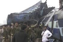 Přinejmenším 107 mrtvých a kolem 200 zraněných si vyžádalo vykolejení čtrnácti vagonů osobního vlaku na severu Indie.