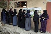 Afghánské ženy čekají před volební místností v Kábulu.