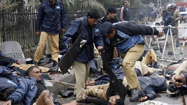 V ranních hodinách odpálil sebevražedný atentátník bombu právě na místě, kde se shromážďovali policisté kvůli ohlášené demonstraci právníků.