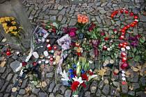 Lidé 14. listopadu nosili před francouzskou ambasádu v Praze květiny a zapalovali svíčky k uctění obětí teroristických útoků v Paříži z předchozího dne.
