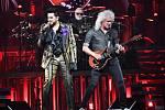 Kytarista Brian May během koncertu kapely Queen