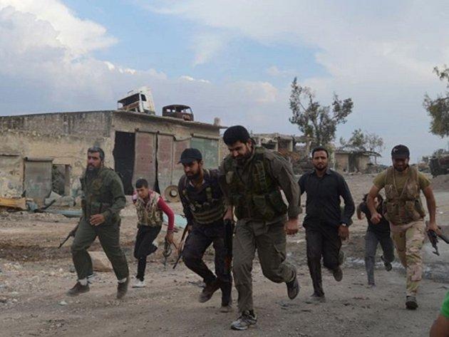 Skupiny povstalců v Sýrii najímají k boji i patnáctileté děti často pod záminkou, že jim poskytnou vzdělání. Ilustrační foto.