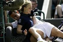 Francouz Michael Llodra srazil ve Wimbledonu sběračku míčků. Zranil se a musel zápas vzdát.