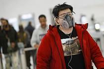 Muž s respirátorem v metru v New Yorku na snímku z 9. března 2020
