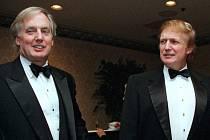 Robert Trump (vlevo) se svým bratrem Donaldem (na snímku z 3. listopadu 1999).