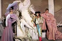 Ústřední postavou značky Dior je v současnosti britský návrhář John Galliano (uprostřed).