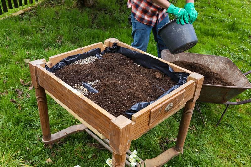 Vysteleme silným igelitem, který nepropouští vodu. Nasypeme drenážní vrstvu kamínků a přes ni zeminu.