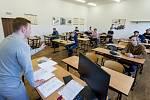 Učitel Martin Veselý (vlevo) vysvětluje 1. června 2020 studentům Střední průmyslové školy v Ústí nad Labem postup před zahájením didaktických testů státní maturity z matematiky. Jarní termín se kvůli pandemii koronaviru letos posunul.
