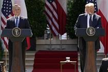 Americký prezident Donald Trump (vpravo) a jeho polský protějšek Andrzej Duda na tiskové konferenci po schůzce v Bílém domě, 24. června 2020.