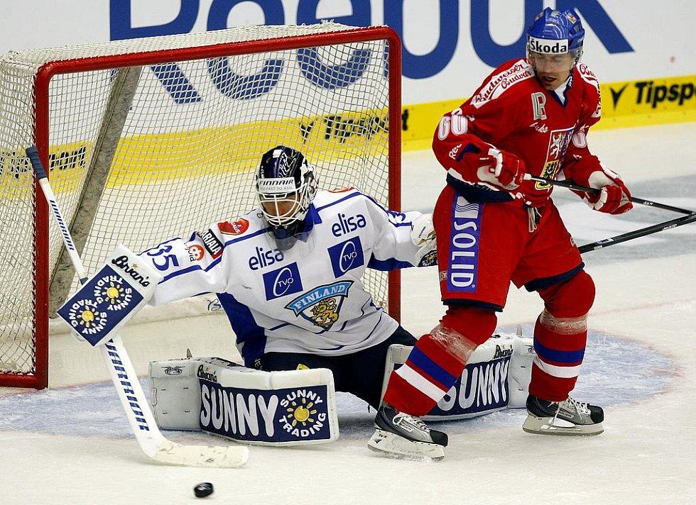 Tomáš Rolinek se snaží stínit finskému gólmanovi.