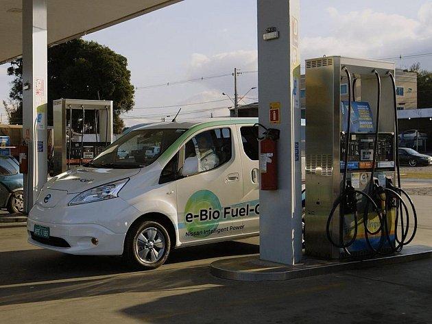 Nissan představil prototyp elektromobilu poháněného palivovým článkem na bioetanol.