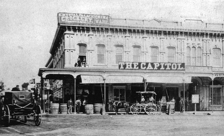V roce 1872 vzniklo v Los Angeles Sdružení knihoven a počátkem roku 1873 se v Downeyově bloku na rohu Hlavní a Chrámové ulice otevřela dobře zásobená čítárna. Prvním knihovníkem v ní byl John Littlefield