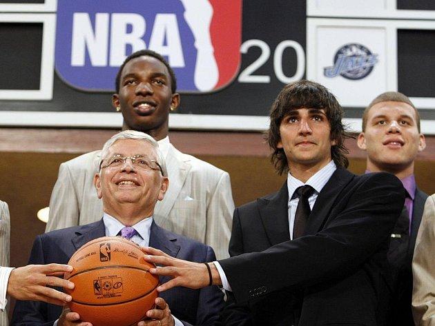 Ve čtvrtek se konal tradiční draft NBA. Na snímku zleva komisař soutěže David Stern, za ním Hasheem Thabeet (dvojka draftu), Ricky Rubio (pětka) a Blake Griffin (jednička).