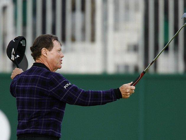 Americký golfista Tom Watson zdraví diváky po konci 3. kola British Open.
