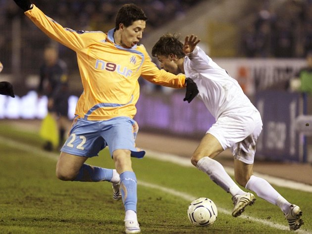 Fotbalista Zenitu Petrohrad Radek Šírl (vpravo) bojuje o míč se Samirem Nasrim z Olympique Marseille.