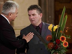 Gjon Perdedaj (vpravo) převzal v roce 2013 od předsedy Senátu Milana Štěcha stříbrnou pamětní medaili ke Dni české státnosti.