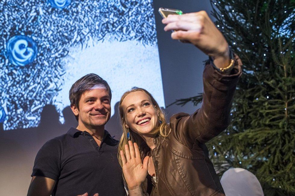 Jiří Mádl a Dominika Zeleníková na tiskové konferenci v Praze, kde Česká televize představila 10. listopadu schéma vánočních pořadů.