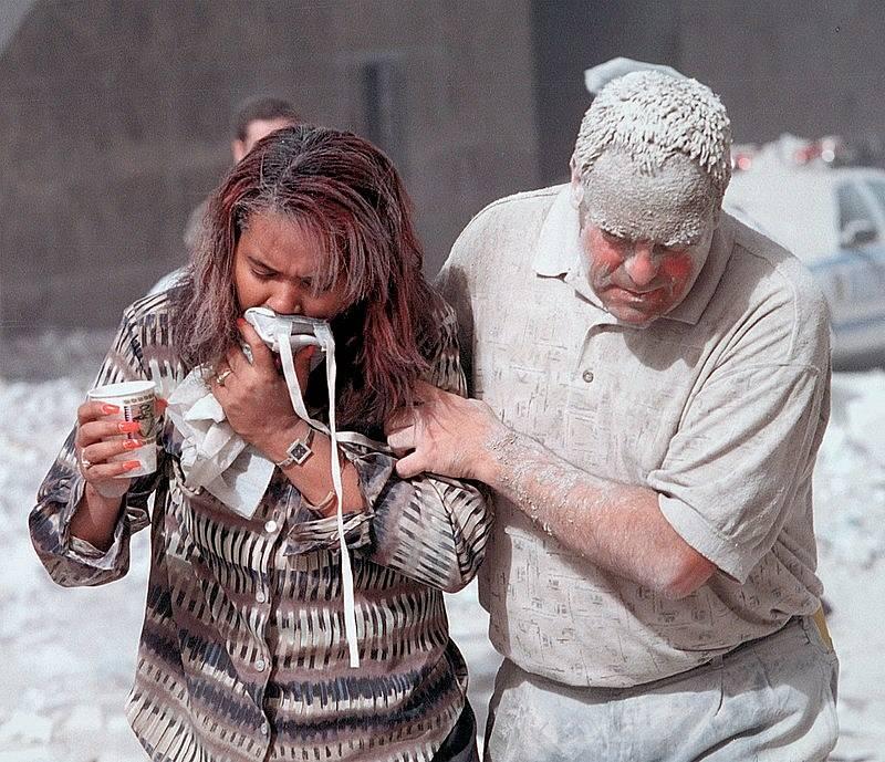 Lidé v ulicích Manhattanu, pokryti prachem po pádu slavných dvojčat, 11. září 2001.